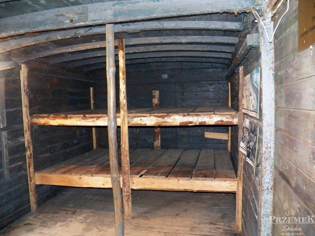 Miejsca do spania w wagonie, w którym przewożono Polaków zesłanych na Syberię