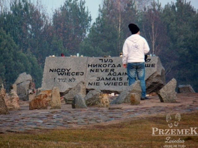 """Głaz z napisem """"Nigdy Więcej"""" po z napisem po polsku, jidisz, hebrajsku, rosyjsku, francusku i niemiecku."""