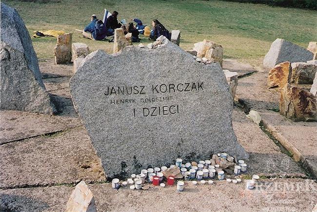 Kamień upamiętniający Janusza Korczaka i dzieci