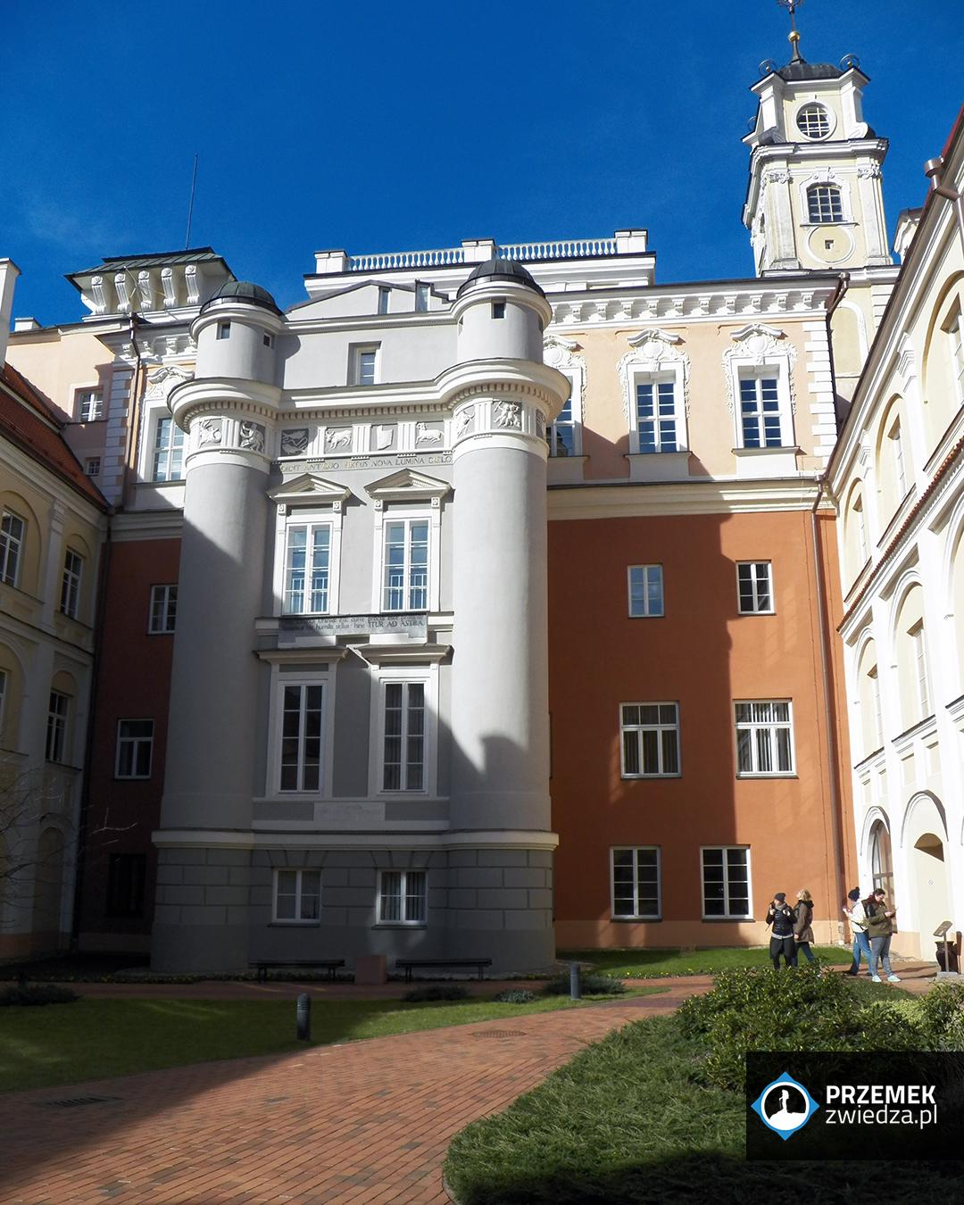 Wilno Budynek Obserwatorium Astronomicznego z klasycystyczną dobudówką, która od razu rzuca się w oczy